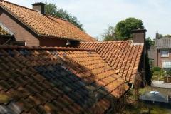 Woning met bijgebouwen, daken vervangen en schoorstenen gerenoveerd, te Otterlo